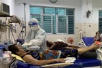 Nữ điều dưỡng tại TP HCM: Không ăn uống, đi vệ sinh trong suốt hơn 7 tiếng trực, người ướt sũng, tay nhăn nheo vì nóng