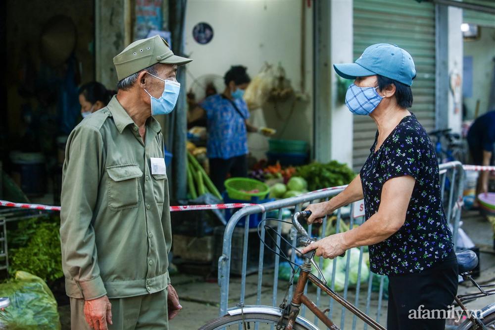 Hà Nội bắt đầu phát phiếu đi chợ cho người dân theo ngày chẵn, ngày lẻ-8