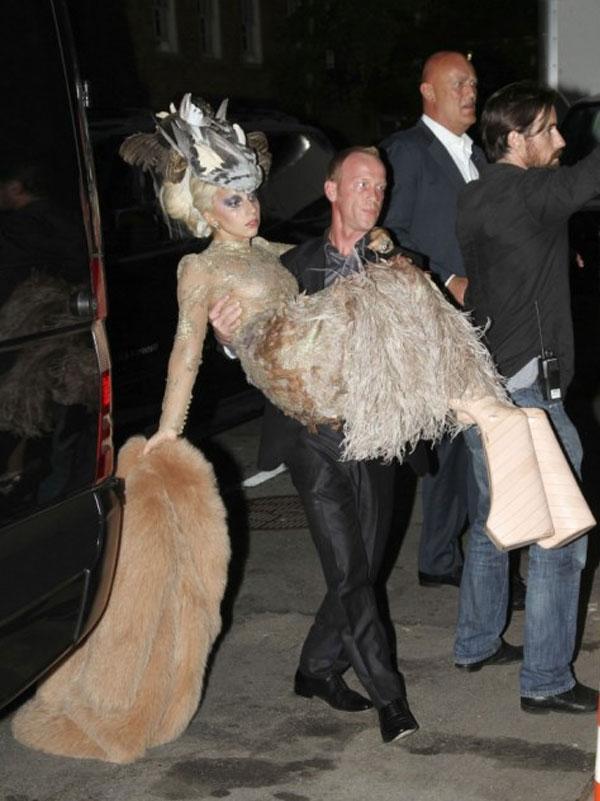 Tiền đình những lần đi giày cà kheo 40cm như diễn xiếc của Lady Gaga-10