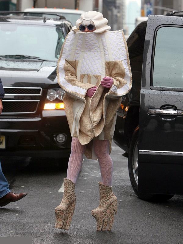 Tiền đình những lần đi giày cà kheo 40cm như diễn xiếc của Lady Gaga-11