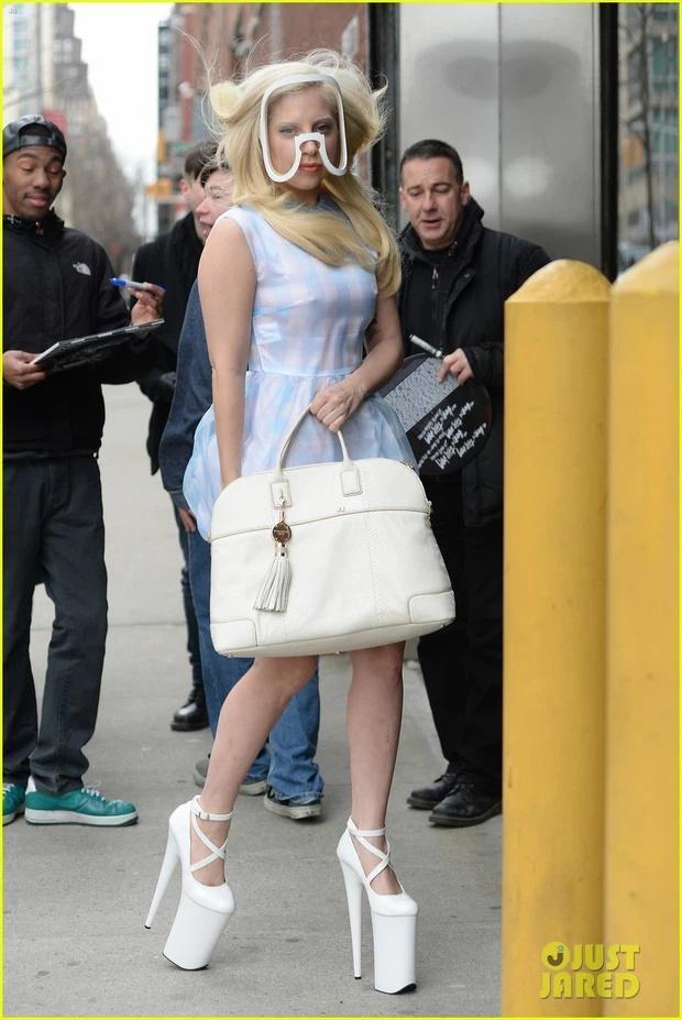 Tiền đình những lần đi giày cà kheo 40cm như diễn xiếc của Lady Gaga-13