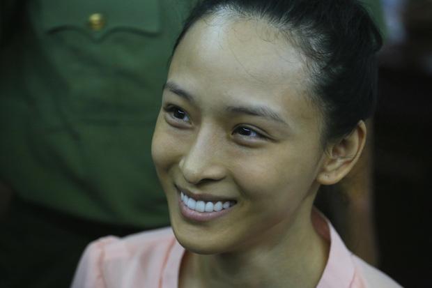 Vbiz từng rúng động bởi scandal tình - tiền của 1 Hoa hậu: Bị tố lừa đảo 16,5 tỷ đồng, nụ cười bí hiểm trên toà gây ám ảnh!-1