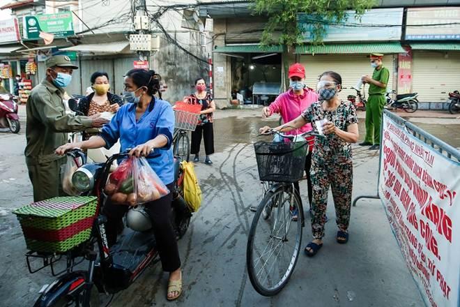 """Chợ Hà Nội áp dụng tem phiếu"""": sinh viên, người lao động ở trọ đi chợ như thế nào?-1"""