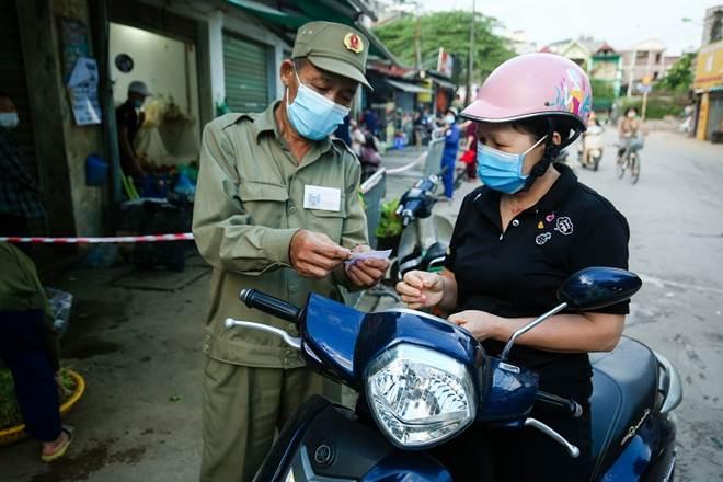 """Chợ Hà Nội áp dụng tem phiếu"""": sinh viên, người lao động ở trọ đi chợ như thế nào?-2"""