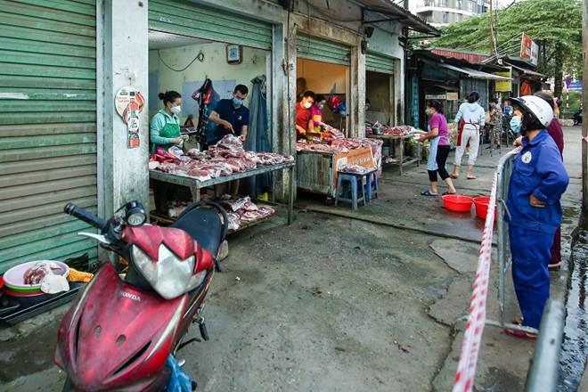 """Chợ Hà Nội áp dụng tem phiếu"""": sinh viên, người lao động ở trọ đi chợ như thế nào?-3"""