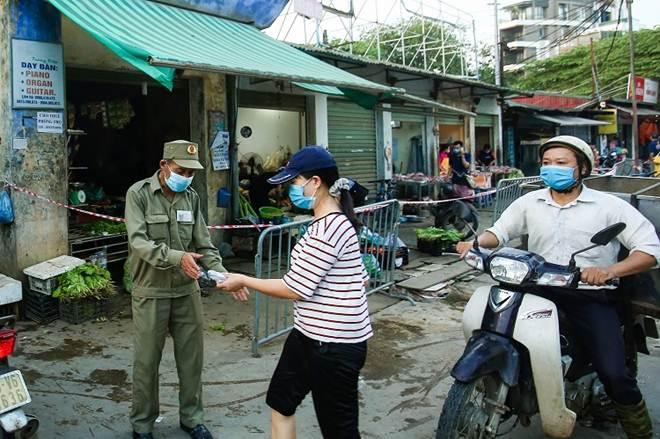 """Chợ Hà Nội áp dụng tem phiếu"""": sinh viên, người lao động ở trọ đi chợ như thế nào?-4"""