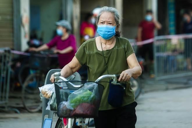 """Chợ Hà Nội áp dụng tem phiếu"""": sinh viên, người lao động ở trọ đi chợ như thế nào?-5"""