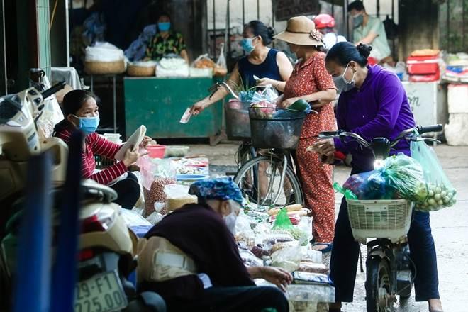 """Chợ Hà Nội áp dụng tem phiếu"""": sinh viên, người lao động ở trọ đi chợ như thế nào?-6"""