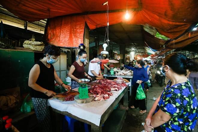 """Chợ Hà Nội áp dụng tem phiếu"""": sinh viên, người lao động ở trọ đi chợ như thế nào?-7"""