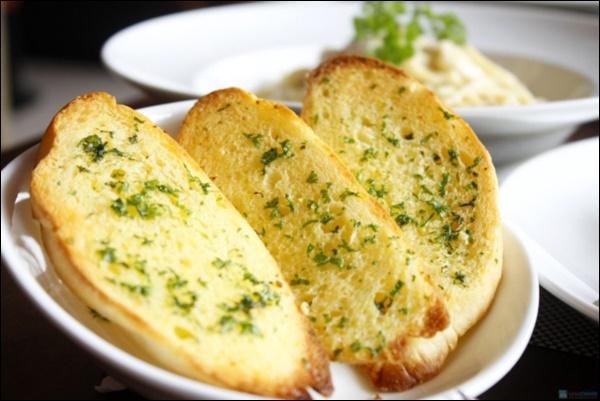 Mẹ đảm tự làm bánh mì bơ tỏi phô mai thơm ngon khó cưỡng,con có bữa sáng hấp dẫn ngày giãn cách-3