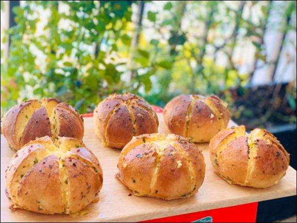 Mẹ đảm tự làm bánh mì bơ tỏi phô mai thơm ngon khó cưỡng,con có bữa sáng hấp dẫn ngày giãn cách-2