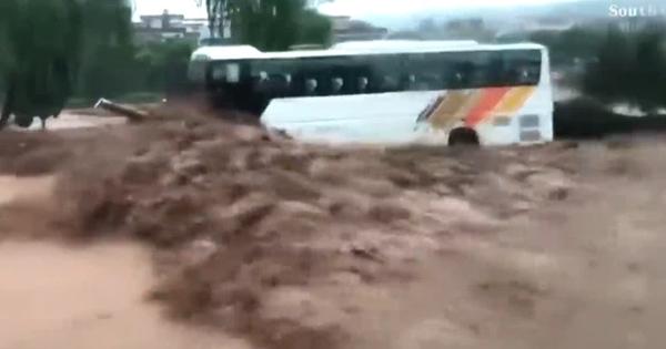 Nước lũ cuồn cuộn vây chặt 2 chiếc xe buýt, thợ cơ khí đơn thương độc mã cứu mạng 71 người: Tôi làm vì nhân quả-2