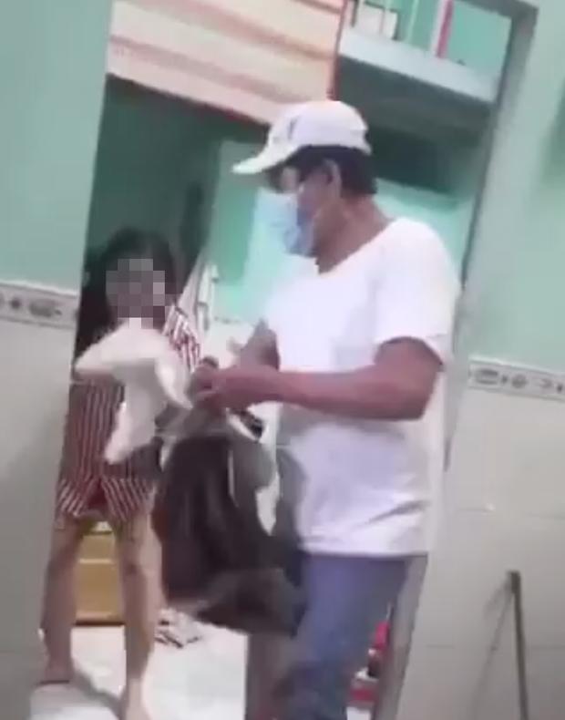Vụ chủ nhà trọ vứt quần áo, đuổi cô gái ra khỏi phòng trọ mặc cho khóc lóc van xin: Người quay clip trực tiếp nói lý do?-1