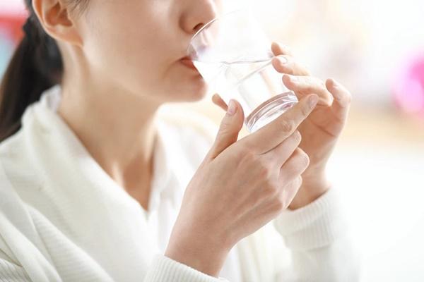 Bác sĩ mách công thức uống nước Trọng lượng x 35 và cách giúp hạ sốt, giảm tác dụng phụ sau khi tiêm vắc xin Covid-19