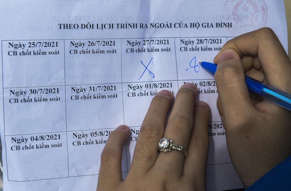 Hà Nội: Phường phát phiếu kiểm soát phòng, chống COVID-19, mỗi nhà chỉ ra đường 1 lần/ngày-8