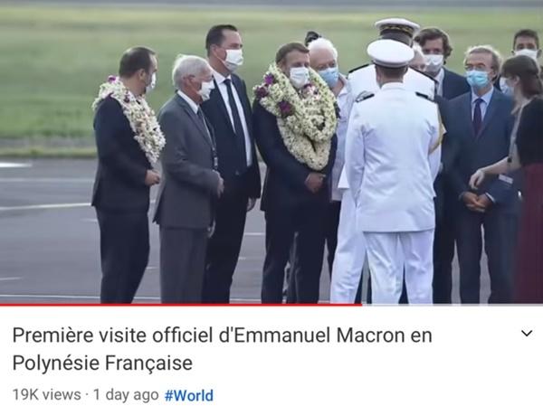 Sự thật về khoảnh khắc Tổng thống Pháp thành cây hoa di động, vẻ mặt gượng cười đang gây bão MXH-3