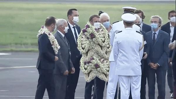Sự thật về khoảnh khắc Tổng thống Pháp thành cây hoa di động, vẻ mặt gượng cười đang gây bão MXH-1