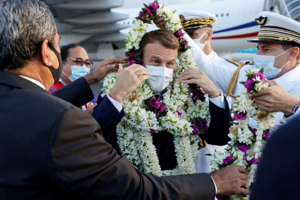 Sự thật về khoảnh khắc Tổng thống Pháp thành cây hoa di động, vẻ mặt gượng cười đang gây bão MXH-4