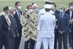 Sự thật về khoảnh khắc Tổng thống Pháp thành cây hoa di động, vẻ mặt gượng cười đang 'gây bão' MXH