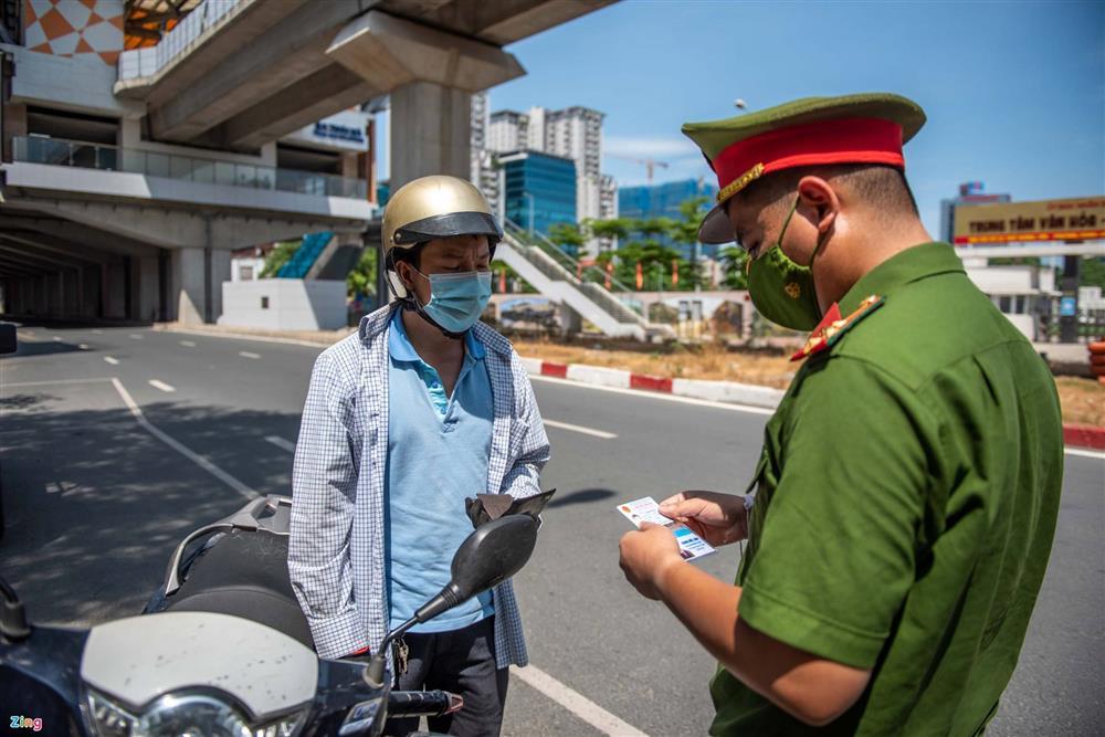 Nhiều trường hợp ở Hà Nội bị xử phạt khi đi xe ra phố-3