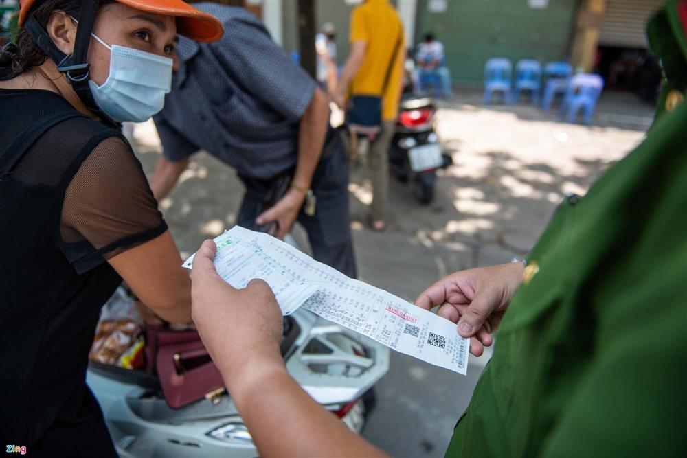 Nhiều trường hợp ở Hà Nội bị xử phạt khi đi xe ra phố-5