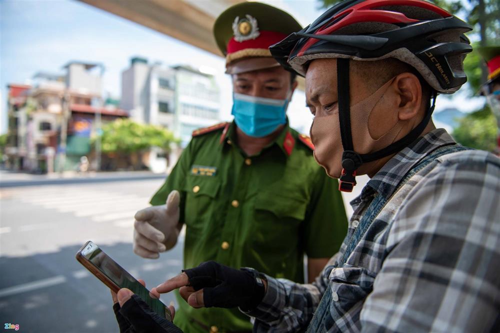 Nhiều trường hợp ở Hà Nội bị xử phạt khi đi xe ra phố-6