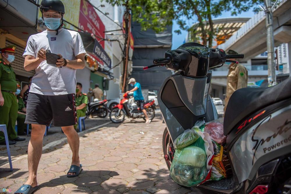 Nhiều trường hợp ở Hà Nội bị xử phạt khi đi xe ra phố-10