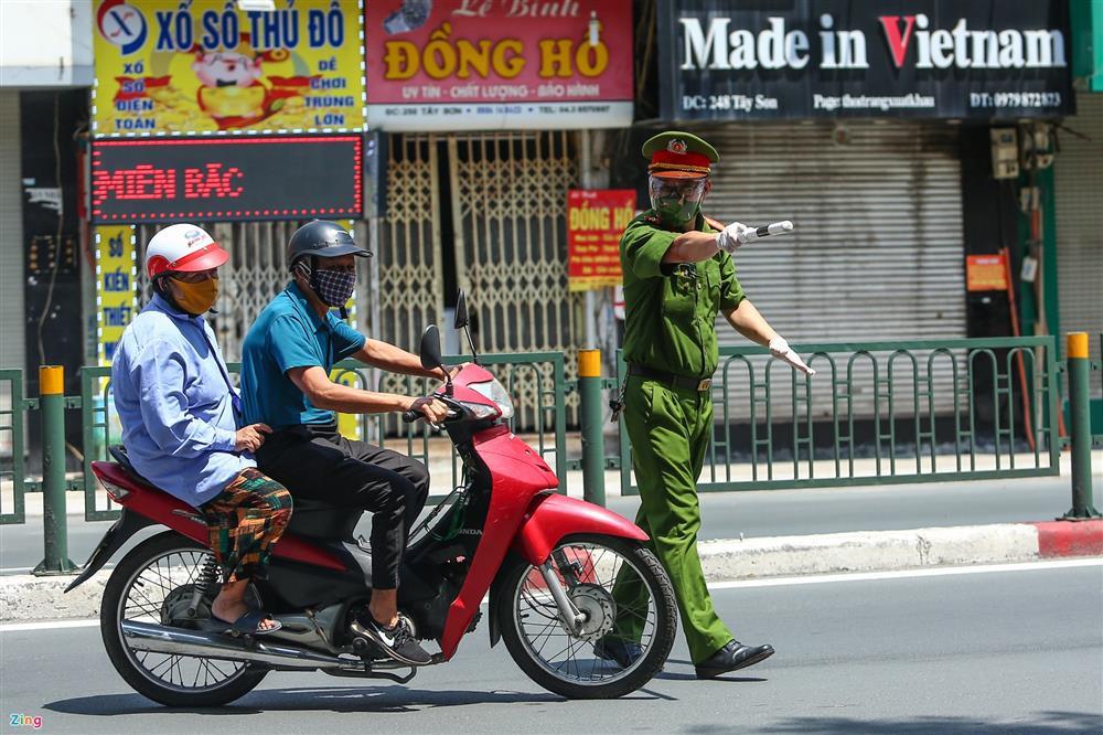 Nhiều trường hợp ở Hà Nội bị xử phạt khi đi xe ra phố-11
