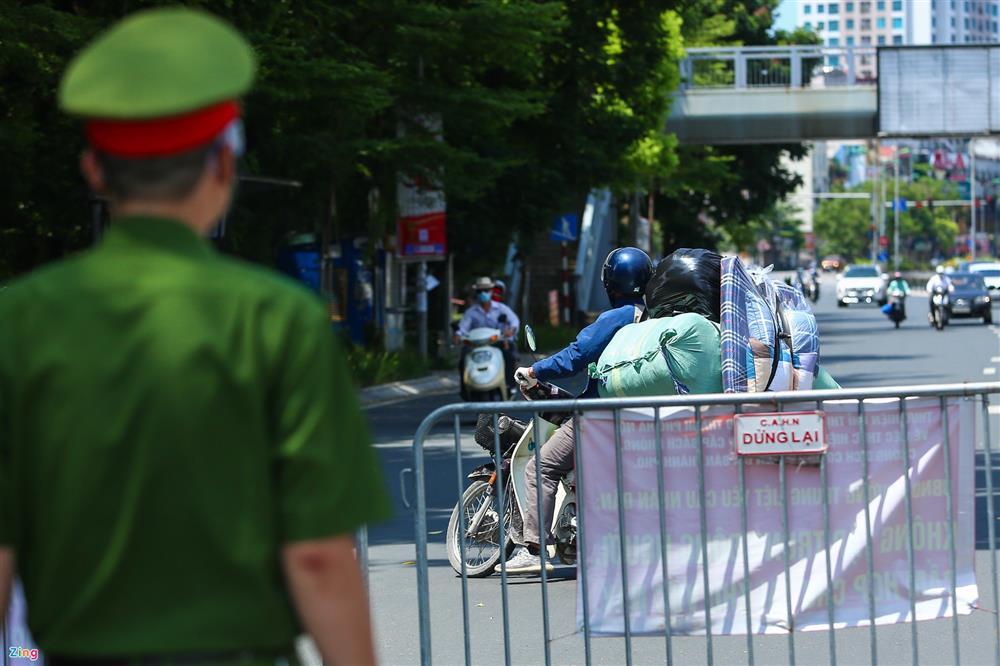 Nhiều trường hợp ở Hà Nội bị xử phạt khi đi xe ra phố-13