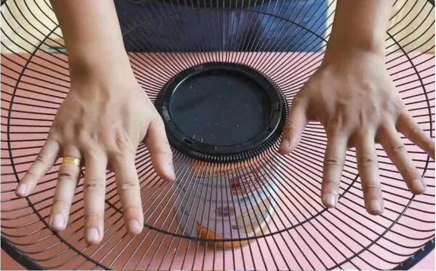 Đừng vội vứt chiếc quạt điện nếu nó bị hỏng, hãy đặt một chai nhựa to ở giữa, cả nhà sẽ đổ xô vào sử dụng-10