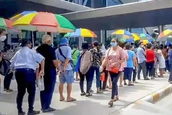 Hoảng hồn nhìn cảnh dân Thái Lan đổ xô đi tiêm vắc-xin Covid-19-1