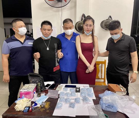 Chân dung thiếu nữ sinh năm 1999 bị truy nã vẫn đi buôn 1.500 viên thuốc lắc ở Bắc Giang-1