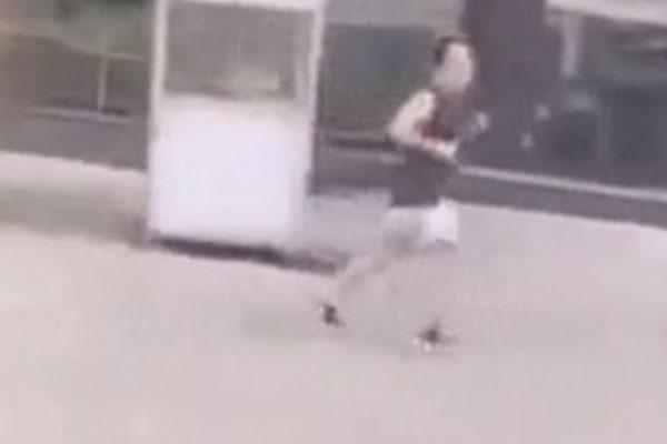 Người đàn ông bỏ chạy bạt mạng khi bị công an yêu cầu đứng lại vì ra ngoài tập thể dục giữa lúc giãn cách: Tôi đến tận căn hộ của ông tìm ông xuống đấy-1
