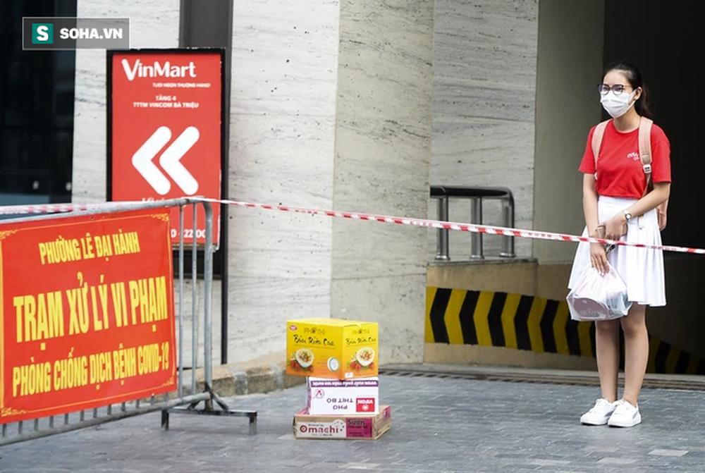 Vào Trung tâm thương mại mua hàng, ra cửa thấy toà nhà bị phong toả khiến nam thanh niên ngỡ ngàng-8