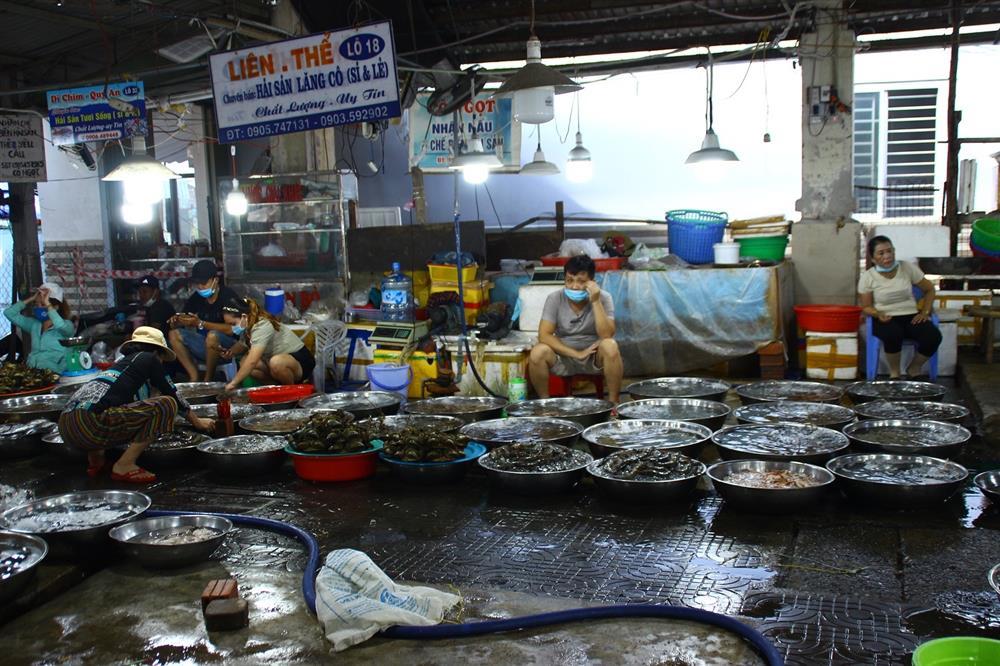 Tôm cá tăng giá nhưng chợ vắng khách mua-4