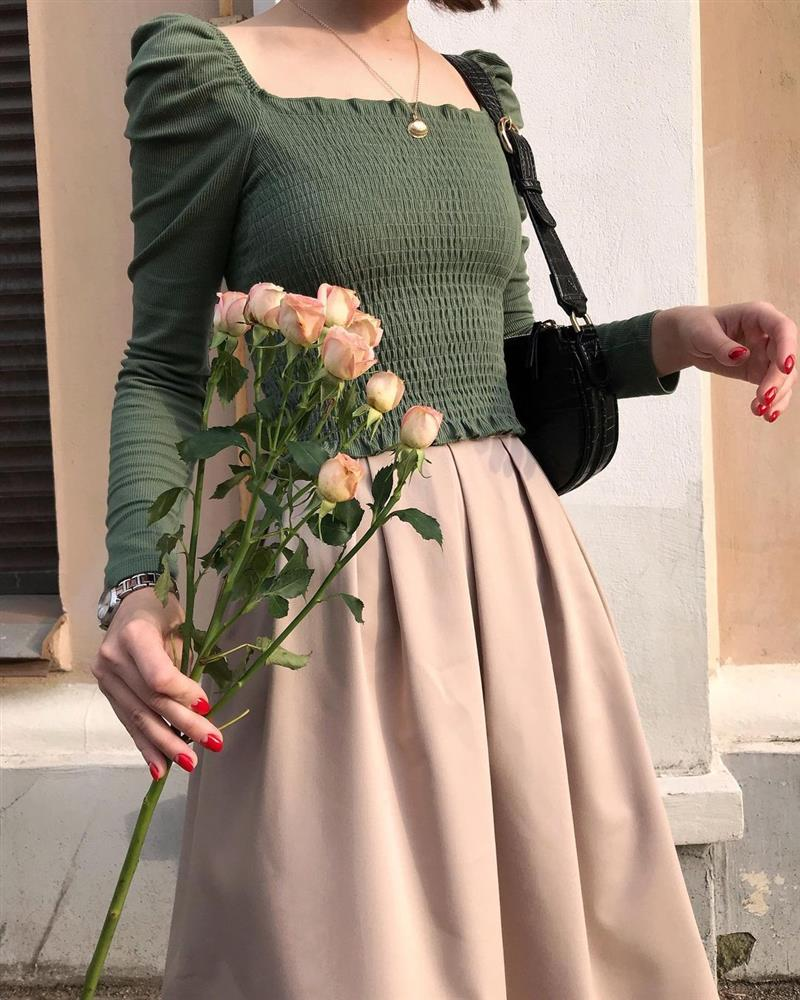 4 tips mặc đẹp tôn dáng từ cô nàng người Nga cao 1m50: Chỉ cần vài món chủ chốt là đủ cân hết các style-1