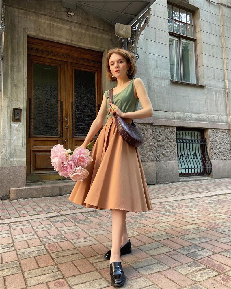 4 tips mặc đẹp tôn dáng từ cô nàng người Nga cao 1m50: Chỉ cần vài món chủ chốt là đủ cân hết các style-2