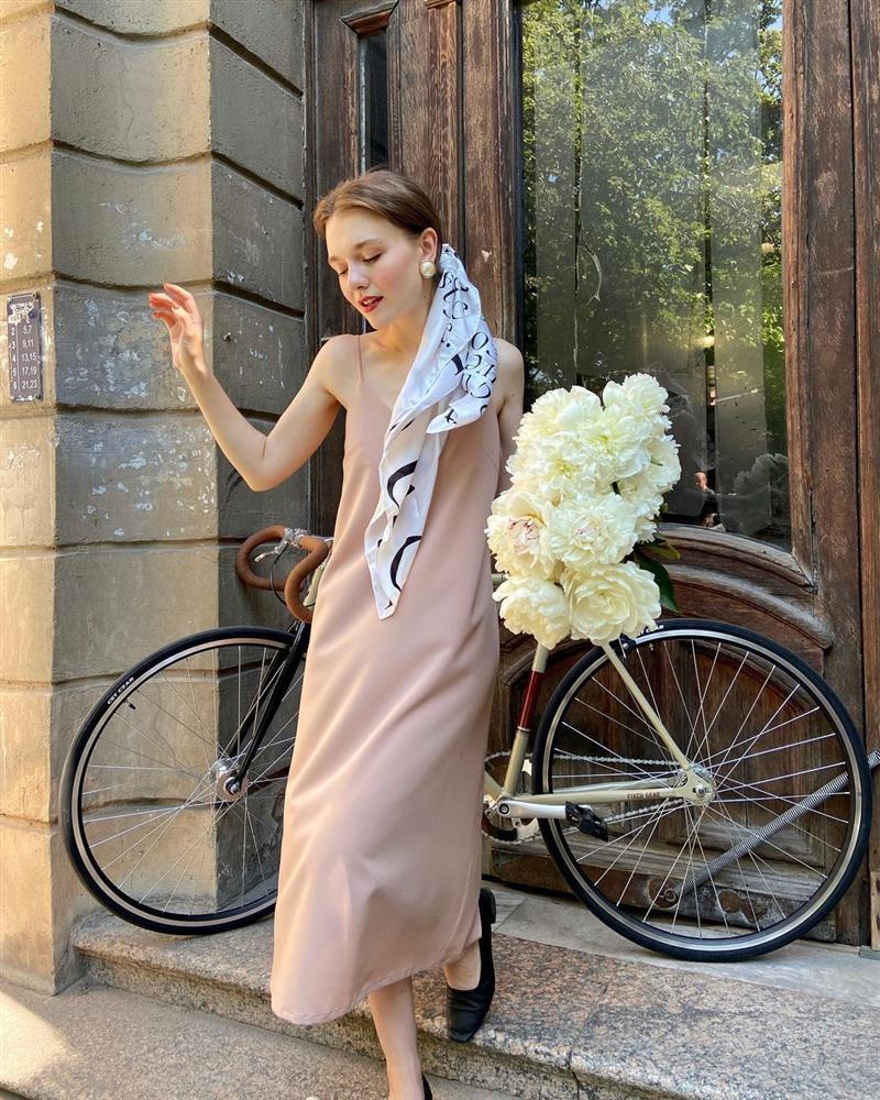 4 tips mặc đẹp tôn dáng từ cô nàng người Nga cao 1m50: Chỉ cần vài món chủ chốt là đủ cân hết các style-13