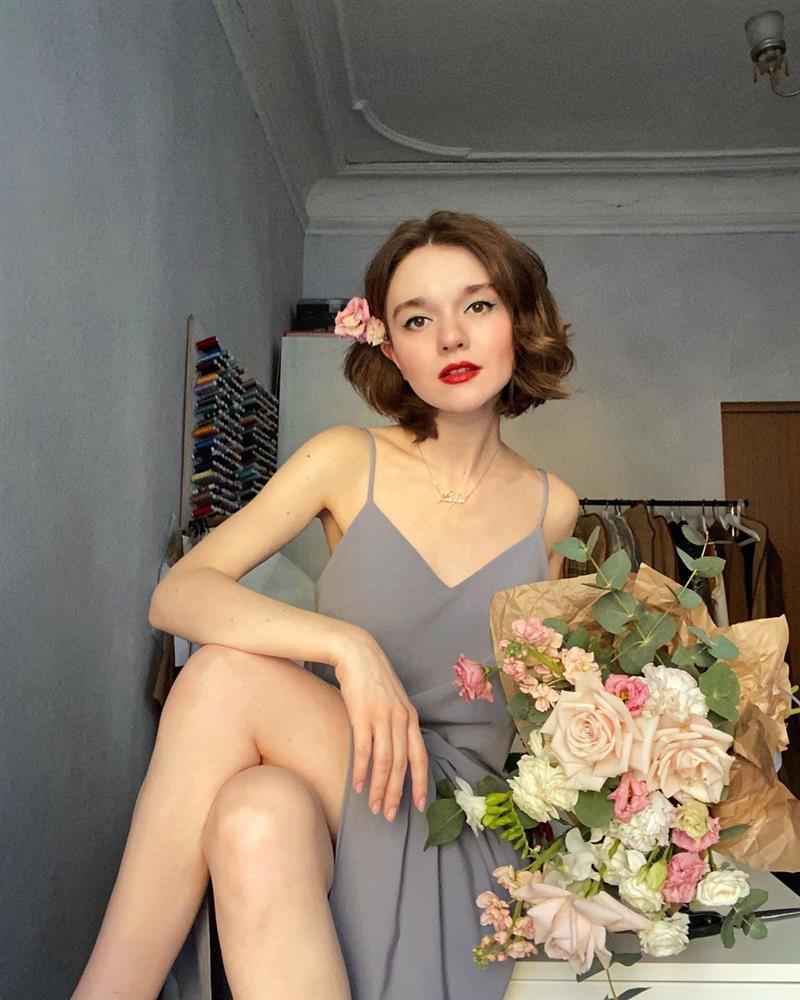 4 tips mặc đẹp tôn dáng từ cô nàng người Nga cao 1m50: Chỉ cần vài món chủ chốt là đủ cân hết các style-14