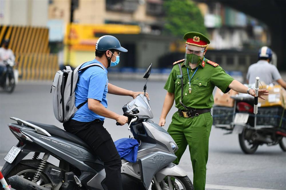 Nhiều chốt kiểm soát Covid-19 ở Hà Nội bị ùn ứ-15