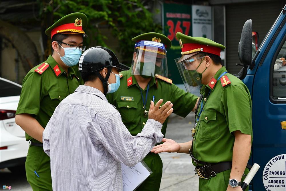 Nhiều chốt kiểm soát Covid-19 ở Hà Nội bị ùn ứ-16