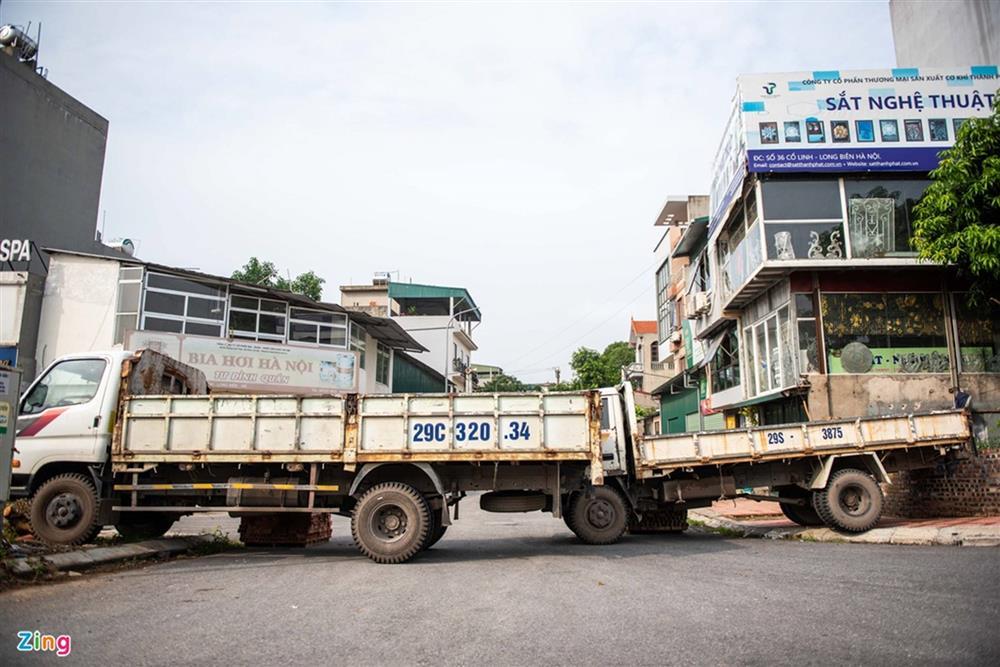 Dùng xe tải, gạch và thùng container làm chốt phong tỏa ở Hà Nội-1