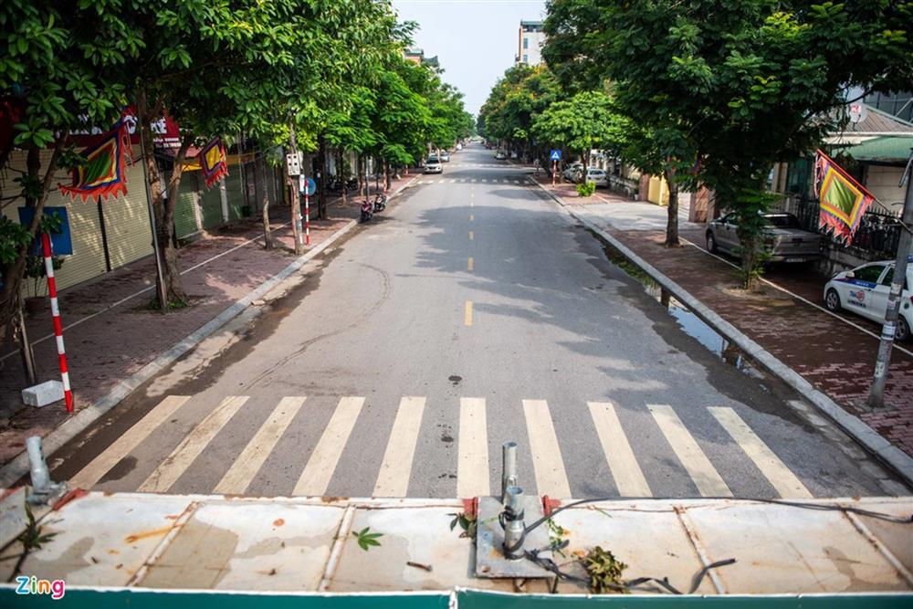 Dùng xe tải, gạch và thùng container làm chốt phong tỏa ở Hà Nội-10