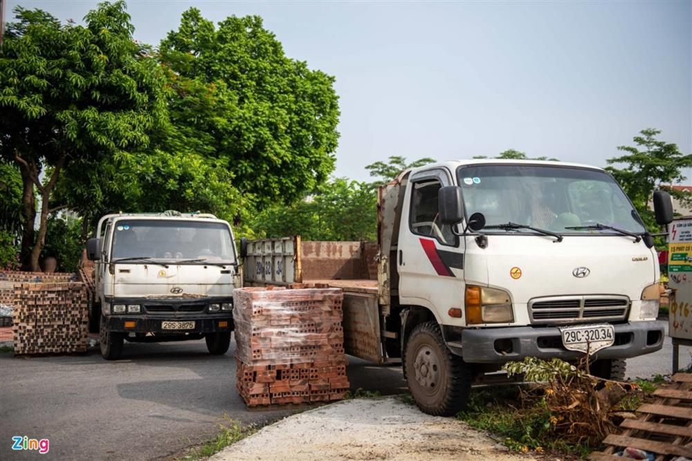 Dùng xe tải, gạch và thùng container làm chốt phong tỏa ở Hà Nội-2