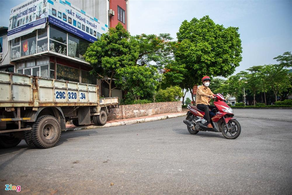 Dùng xe tải, gạch và thùng container làm chốt phong tỏa ở Hà Nội-3