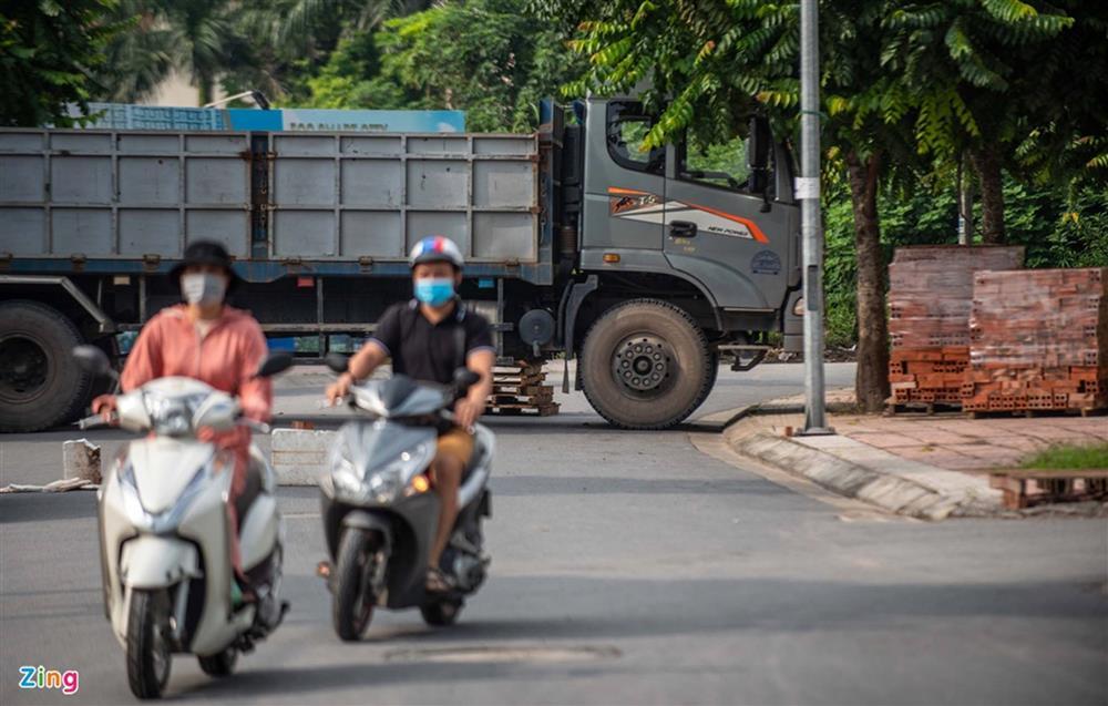 Dùng xe tải, gạch và thùng container làm chốt phong tỏa ở Hà Nội-4