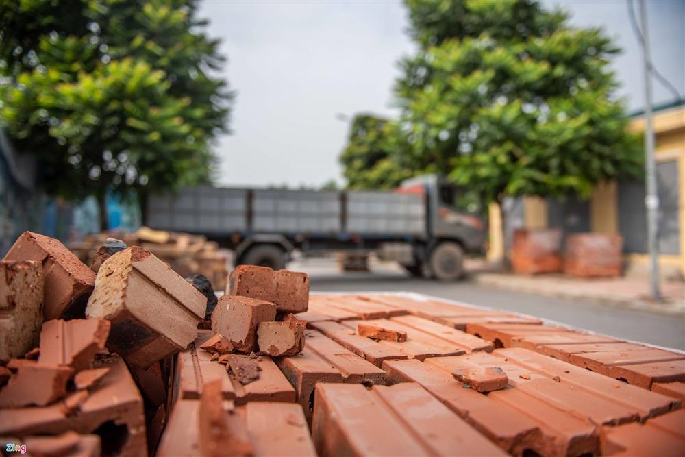 Dùng xe tải, gạch và thùng container làm chốt phong tỏa ở Hà Nội-5