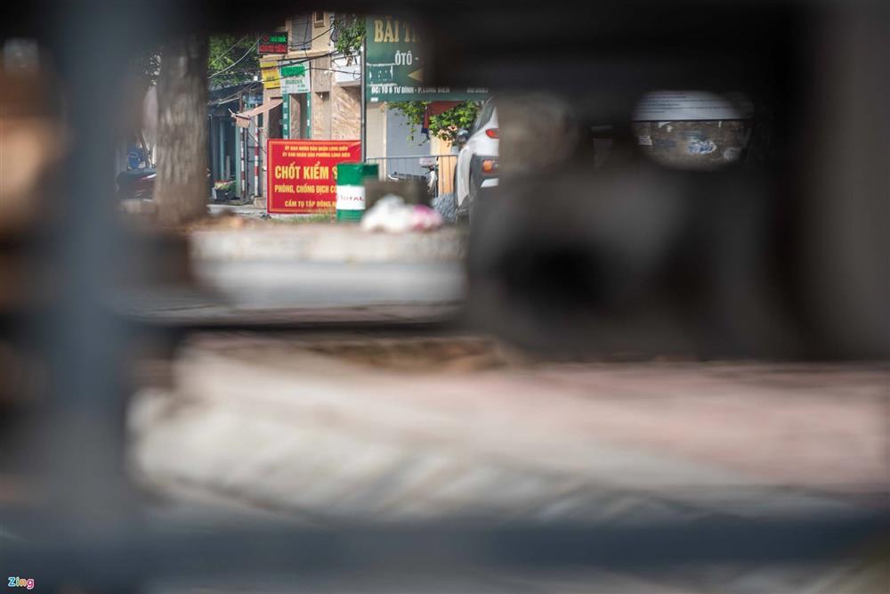 Dùng xe tải, gạch và thùng container làm chốt phong tỏa ở Hà Nội-6