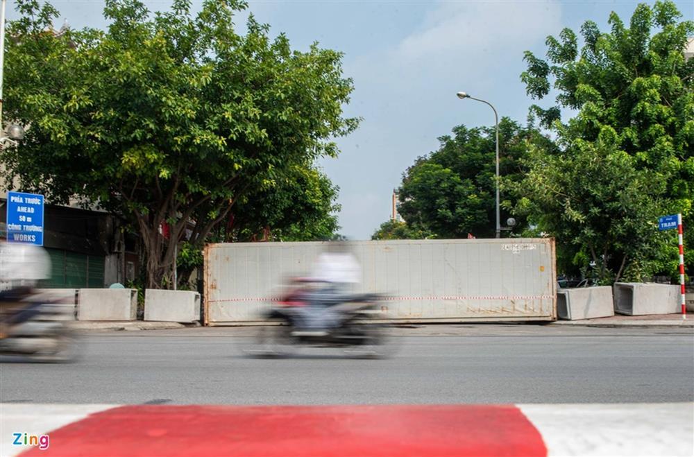 Dùng xe tải, gạch và thùng container làm chốt phong tỏa ở Hà Nội-7