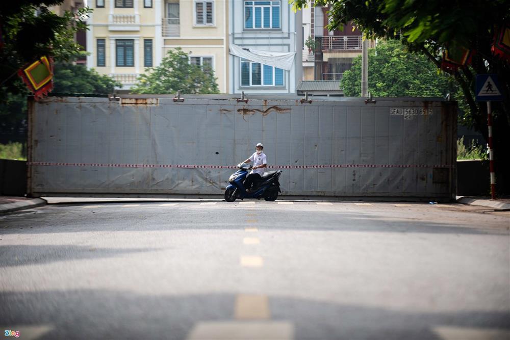 Dùng xe tải, gạch và thùng container làm chốt phong tỏa ở Hà Nội-8